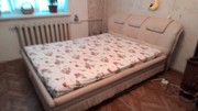 б/у двуспальную кровать с ортопедическим матрацем