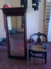 Старинное зеркало и деревянное кресло